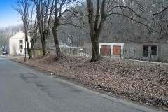 Soudobé foto na místo, kde za stromem tam,kde jsou garáže ,kdysi mlýn stával. za garážemi jedna z tzv.dvouletkových staveb.