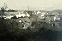 Pohled na východní část Chudeřína a blok jednotných domů, které byly postaveny za války. Snímek pořízen ze silnice na Klíny.