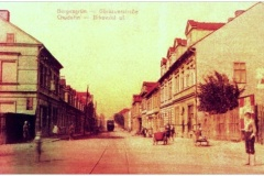Pohled do ulice Jirkovské, dnes Chudeřínské. Oboustranná uzavřená zástavba vytvořila hlavní komunikaci Chudeřína.