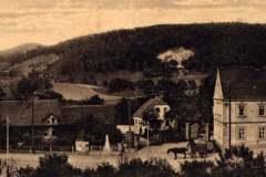 Pohled na centrální část starého Chudeřína. Uprostřed je znatelný válečný pomníček z roku 1866 .