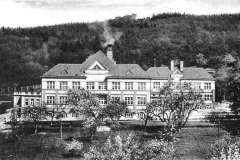 v roce 1926 nechala revírní rada přistavět v blízkosti bývalé lesovny novou budovu čp, 662, kterou využívaly děti, v historické budově byli staří horničtí provizionisté. Po vytvoření okresu Litvínov od roku 1949 objekty zotavovny a feriální osady Horní Litvínov (obě budovy bývalé lesovny a nová budova) využívány pro zdravotnické účely; zpočátku nemocnice, poté městská poliklinika až do výstavby nového areálu polikliniky v Žižkově ulici, současně v soukromém vlastnictví. (od r. 2011 ji po naprosté devastaci vyměnilo město za budovu bývalé LŠU ale budovy jsou dál pár let od spadnutí...