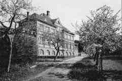 v roce 1926 nechala revírní rada přistavět v blízkosti bývalé lesovny novou budovu čp, 662, kterou využívaly děti, v historické budově byli staří horničtí provizionisté. Po vytvoření okresu Litvínov od roku 1949 objekty zotavovny a feriální osady Horní Litvínov (obě budovy bývalé lesovny a nová budova) využívány pro zdravotnické účely; zpočátku nemocnice, poté městská poliklinika až do výstavby nového areálu polikliniky v Žižkově ulici