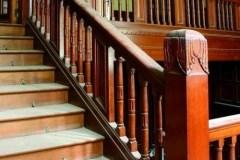 Interiér vily, dřevěné schodiště