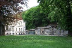 Hospodářské budovy a domek zahradníka chátrají