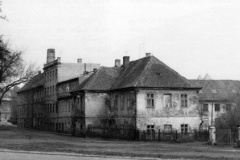 Manufaktura.Pohled do Školní ulice od Palackého ulice. V popředí čp. 8 - Holandský dům. Snímek z r. 1976